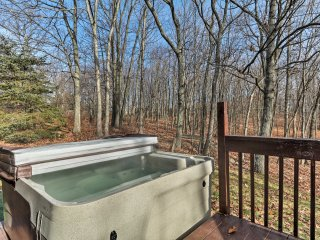 NEW! Peaceful Mount Pocono 4BR House w/ Hot Tub!