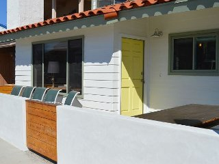 'Little Slice of Heaven' Adorable Friendly Beach Condo w/ AC, Steps To Sand