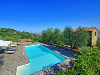 Montalcino Villa Sleeps 8 with Pool and WiFi - 5242097