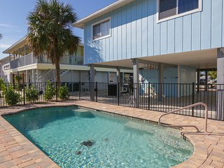 SEA COTTAGE 2 BR, 2 BA, Heated pool, pet friendly, walk to all