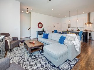 Upscale 3BR/3.5BA w/ Rooftop Deck & Panoramic City View - 2 Miles to Downtown