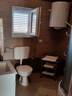 A2(4+2): bathroom with toilet