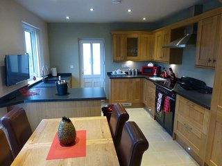MEADOW CROFT COTTAGE, hot tub, holiday park, Pooley Bridge. Ref: 972506