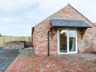 MILLSTONE COTTAGE, open plan, hot tub, countryside views, in Westbury, Ref. 9450