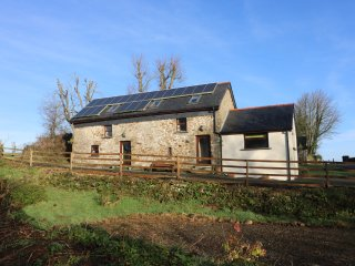 Y BWTHYN, family friendly, country holiday cottage, with hot tub in Llandissilio