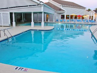 Welcoming condo 1 block from the beach w/ shared pools, hot tub, sauna & tennis