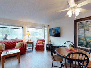 Family-friendly condo w/ shared pool, hot tub, tennis, & more - walk to dining!
