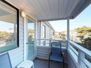 Bright & sunny condo w/ shared pool, hot tub, sauna, tennis - 1 block to beach!