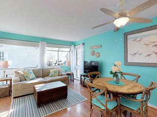 Bright condo - shared pool/hot tub, sauna, tennis, playground. 1 block to beach!