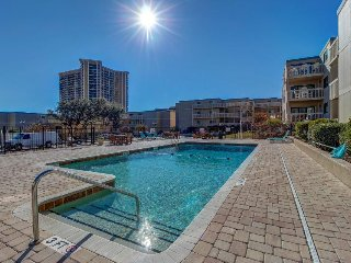 Spacious condo with private balcony, shared pools & hot tub - walk to the beach!