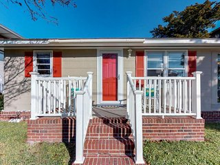 Cozy beach cottage only 2 blocks away from the beach & shops, near golf!