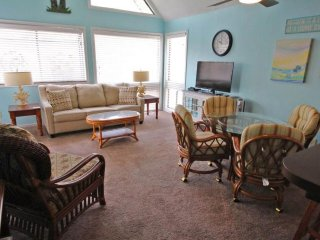 Seaside getaway 1 block to beach access - shared pools, hot tub, sauna & more