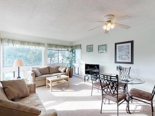 Comfortable condo w/ two pools, sauna, hot tub, tennis - walk to the beach!