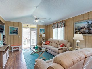 Newly renovated cottage w/ shared pool - walk to the beach and dining!
