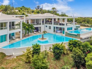 Villa Grand Bleu 4 Bedroom GREAT REVIEWS Fully Serviced Book Now and Save
