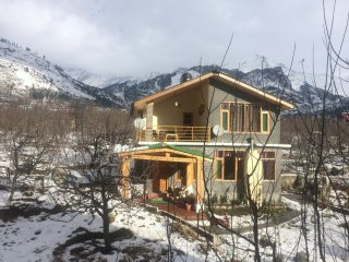 Idyllic Inn Manali (4 Bedroom Wooden Cottage with 360* Snow Mountain Views)