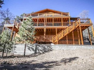 WHISPERING MOUNTAIN LODGE - NEW BUILD, NEXT TO BEAR MOUNTAIN, SLEEPS 28