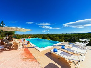 Comfortable and relaxing villa, 5 en-suites, infinity pool, citrus park