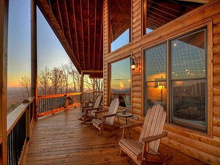 Luxury Vacation Cabin, 3 bedrooms w/ 360 degrees of sunsets and sunrises!