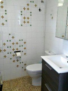 El baño pequeño está al lado del salón grande