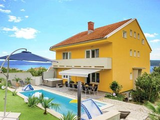 6 bedroom Villa with Pool, Air Con, WiFi and Walk to Shops - 5488220