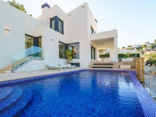 3 bedroom Villa with Pool, Air Con, WiFi and Walk to Shops - 5698024