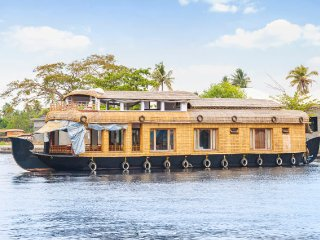 Relaxing 2-bedroom houseboat for a group stay