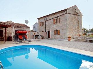 Borinici Holiday Home Sleeps 8 with Pool Air Con and WiFi - 5467299