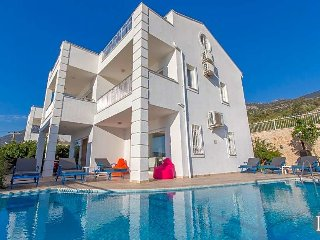 4 bedroom Villa with Pool and WiFi - 5433253