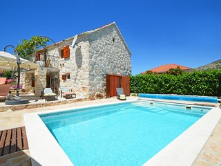 2 bedroom Villa with Pool, Air Con, WiFi and Walk to Shops - 5345707
