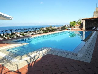 2 bedroom Villa with Pool and WiFi - 5341387