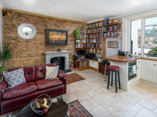 Charming 2 bed flat, 5 minutes from train station