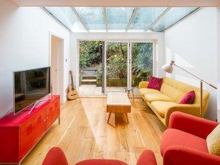 Modern 2 Bed 2 Bath Notting Hill Flat With Garden