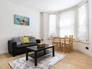 Cosy 2bed flat with patio, 4 mins to Hammersmith tube