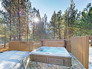 Quiet 4BR w/ Private Hot Tub, Fireplace & Sunny Deck + SHARC Passes