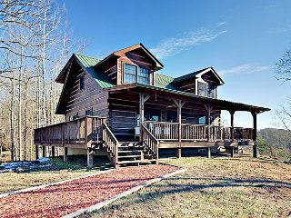 Doolittle Mountain Cabin 3BR w/Hot Tub, Fire Pit & River-View, Near Asheville