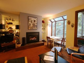 28SW Tasteful Condo Near Mt. Baker