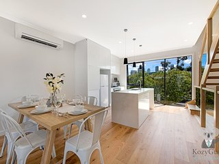 Luxury Family House in Melbourne | 3 Bed Townhouse with 2 FREE Car Space