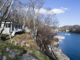 Beautiful riverfront home w/gourmet kitchen & water views, 5 miles to Gloucester