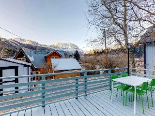 Quaint and cozy dog-friendly cabin close to the marina, hiking, and skiing!