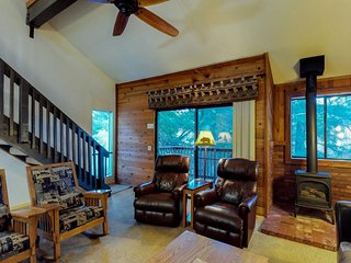 Cozy, quaint townhome within walking distance to 2 lakes - close to skiing!