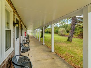 Cozy condo with shared pool & tennis courts, close to golfing & the beach!