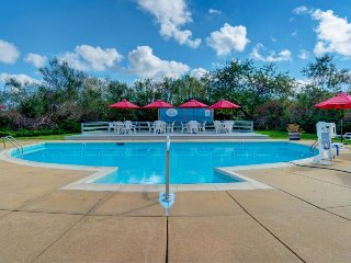 Dog-friendly condo with shared pool & tennis - close to golf & beach!