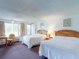 Dog-friendly studio w/ shared pool, on-site tennis courts, & prime location