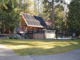 Dog-friendly condo w/ shared pool near Shaver Lake attractions and China Peak