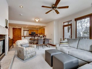 Vail condo steps from the slopes with hot tub, pool, fireplace - Pinecone Chalet