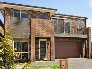 GLENFIELD VILLA 10 - SYDNEY Sleeps 8-10