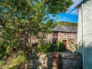 HARDKNOTT COTTAGE, Lakeland stone cottage, modern, wi-fi. Ref: 972615