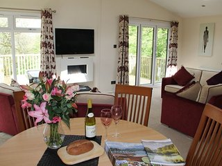 RETREAT LODGE, Pooley Bridge, Ullswater, fell views, hot tub, WiFi, Ref: 972424