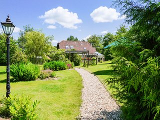 FIG TREE COTTAGE, luxury property, spacious rooms, private garden with Exe